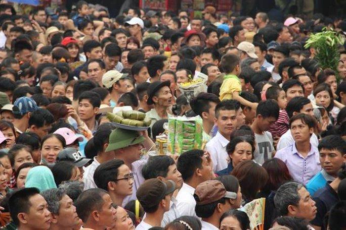 Nhiều người mang theo các lễ vật để thờ cúng tưởng nhớ đến các vua Hùng
