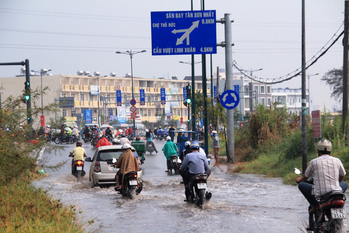 Theo người dân địa phương, tuyến đường Linh Đông hễ có mưa là ngập