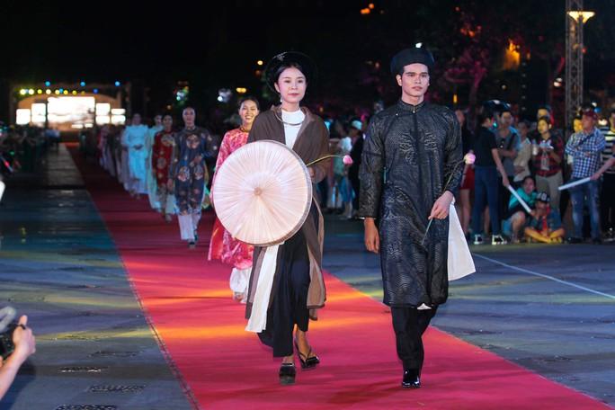 Các nhà thiết kế áo dài Việt giới thiệu bộ sưu tập mới trên phố đi bộ Nguyễn Huệ. Ước chừng sàn catwalk có chiều dài 800 m.