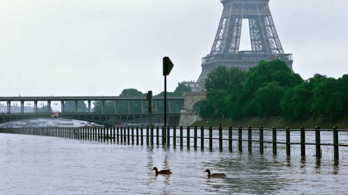Mực nước các con sông ở Paris dâng cao hôm 1-6. Ảnh: AP