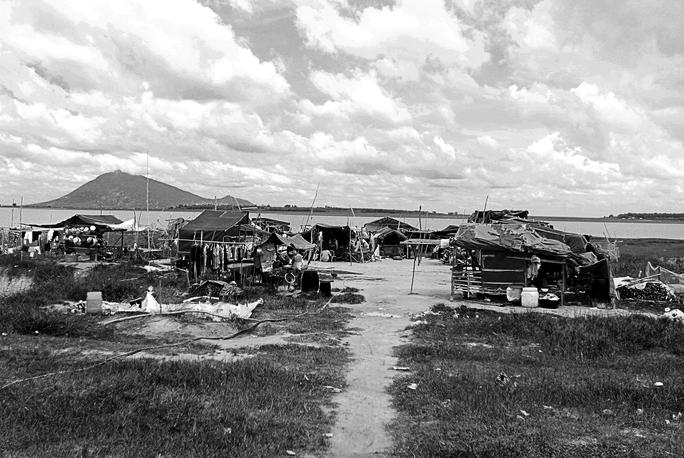 Những người Việt ở Biển Hồ (Campuchia) xuôi theo dòng nước trở về Việt Nam, sống tạm bợ ở khu vực hồ Dầu Tiếng. Họ không có tài sản, không có quốc tịch, không có điều kiện sinh sống đảm bảo.
