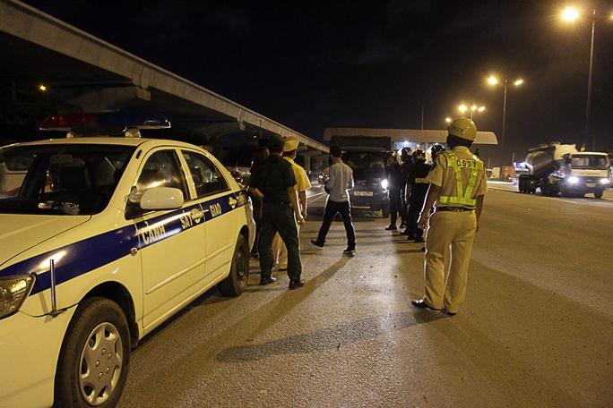 Tối 16-8, Đội cảnh sát giao thông Rạch Chiếc cùng lực lượng cảnh sát cơ động, dân phòng lập chốt chặn ngay trạm thu phí trên xa lộ Hà Nội để kiểm tra nồng độ cồn của các tài xế xe tải, xe container và ô tô.