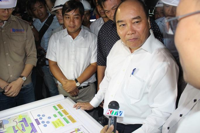 Thủ tướng Nguyễn Xuân Phúc đang nghe chủ đầu tư trình bày tiến độ dự án