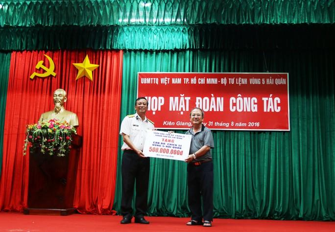 Ông Nguyễn Hoàng Năng thay mặt đoàn công tác tặng quà cho Bộ Tư lệnh Vùng 5 Hải quân