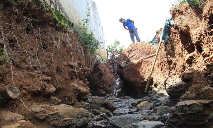 Dòng nước từ các cống thoát khoét sâu hơn 4 m đã ảnh hưởng đến hàng chục hộ dân