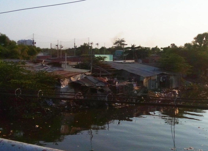 Những căn nhà tạm bợ tại rạch Xáng, sát khu đô thị Trung Sơn (huyện Bình Chánh, TP HCM) Ảnh: HOÀNG TRIỀU