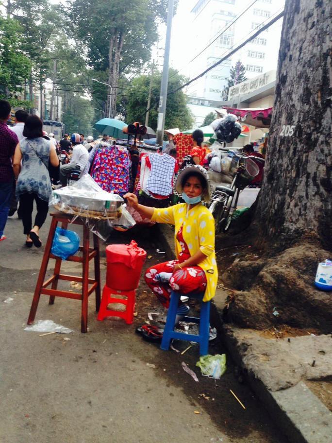 Bán hàng dưới lòng đường Nguyễn Chí Thanh, trước Bệnh viện Chợ Rẫy Ảnh: PHẠM DŨNG