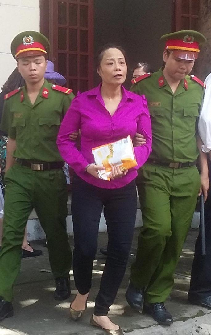 Dẫn giải bà Trương Thị Tuyết Nga về trại giam