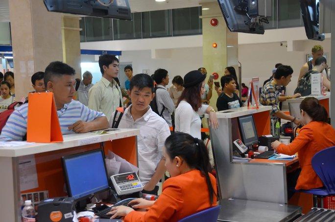 Sân bay Tân Sơn Nhất phải hoạt động gấp đôi công suất Ảnh: TẤN THẠNH