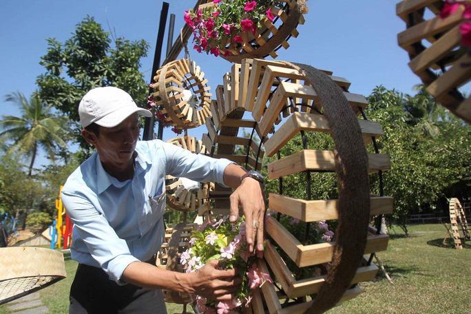 Một nghệ nhân đang chuẩn bị cho Đường hoa Tết Bính Thân 2016 Ảnh: HOÀNG TRIỀU