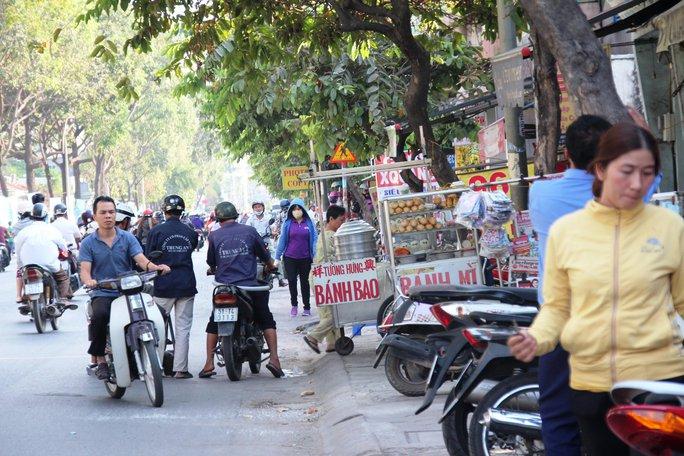 Theo báo cáo, đường Nguyễn Kiệm (Gò Vấp) đã hết nạn lấn chiếm vỉa hè nhưng ghi nhận thực tế của phóng viên vào chiều 26-2 cho thấy hoàn toàn ngược lại