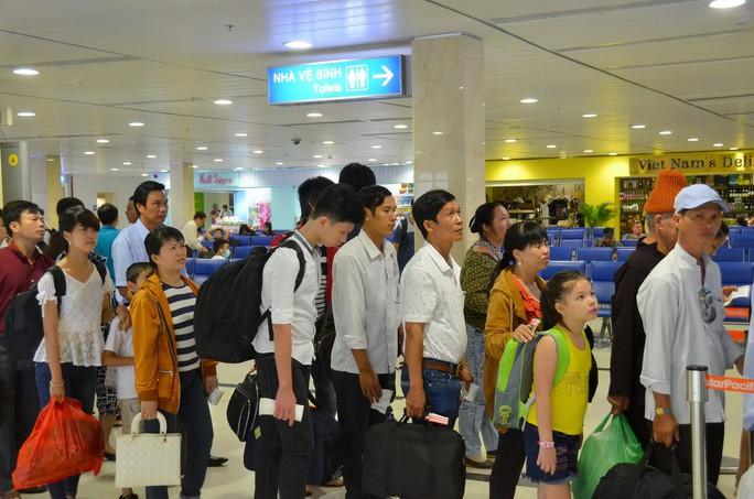 Hành khách chờ kiểm tra an ninh tại sân bay Tân Sơn Nhất Ảnh: TẤN THẠNH