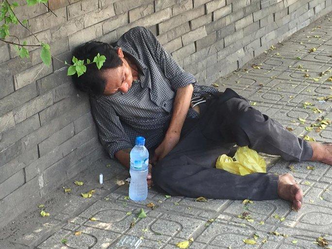 Đối tượng nghiện vật vờ trên đường Cộng Hòa, quận Tân Bình, TP HCM khiến người dân lo sợ Ảnh: LÊ PHONG