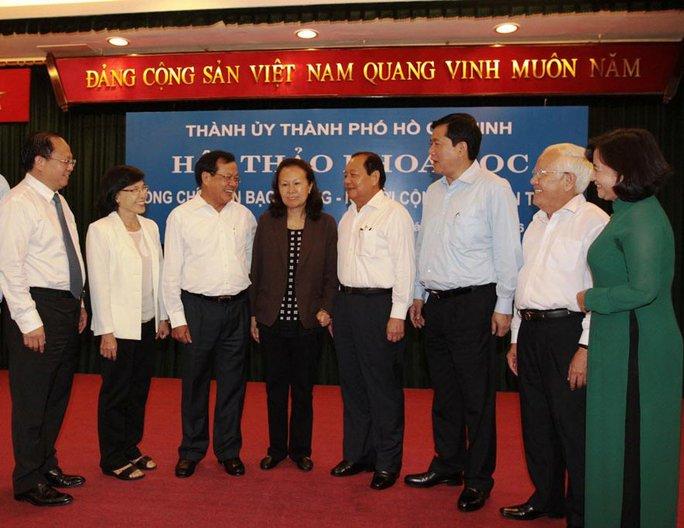 Các đại biểu trao đổi với bà Trần Hồng Ánh (thứ tư, từ trái sang) - con ông Trần Bạch Đằng