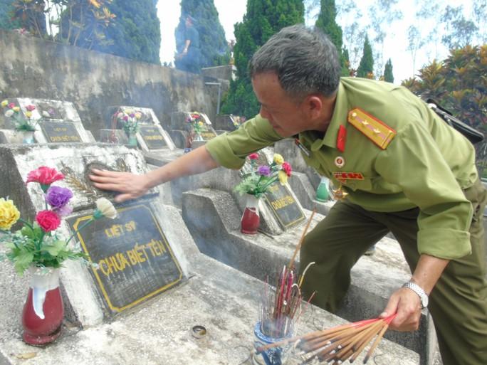 Một cựu binh thắp hương tưởng nhớ các đồng đội hy sinh đang nằm tại Nghĩa trang Liệt sĩ Vị Xuyên