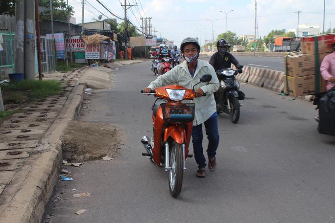"""Người chạy xe máy dính """"bẫy"""" liên tục vì đinh rải đầy đường"""