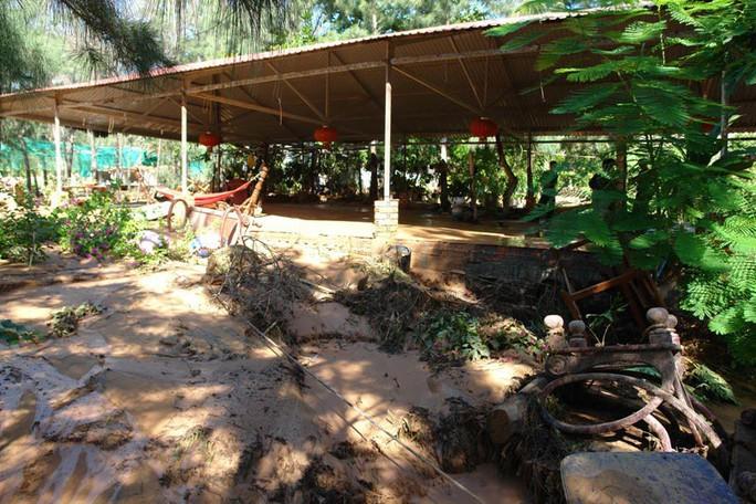 Hiện trường bờ hồ chứa nước để khai thác titan bị vỡ và nhiều tài sản của Khu Du lịch Nam Thuận Quý bị cuốn trôi