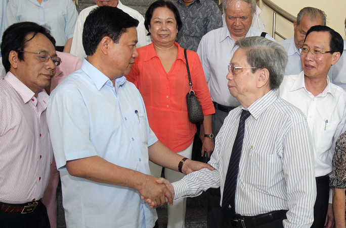Ủy viên Bộ Chính trị, Bí thư Thành ủy TP HCM Đinh La Thăng trao đổi với cán bộ Liên hiệp Các hội Khoa học và Kỹ thuật TP. Ảnh: HOÀNG TRIỀU