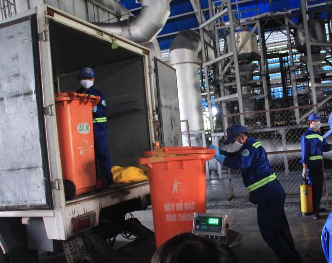 Các nhân viên đang xử lý rác tại công trường Đông Thạnh