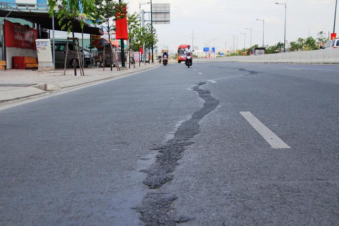 Vết trám nham nhở kéo dài gần 100 m trên đường Phạm Văn Đồng