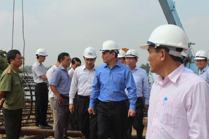 Bộ trưởng Bộ GTVT Trương Quang Nghĩa (thứ hai từ phải sang) đang thị sát khu vực cầu Ghềnh