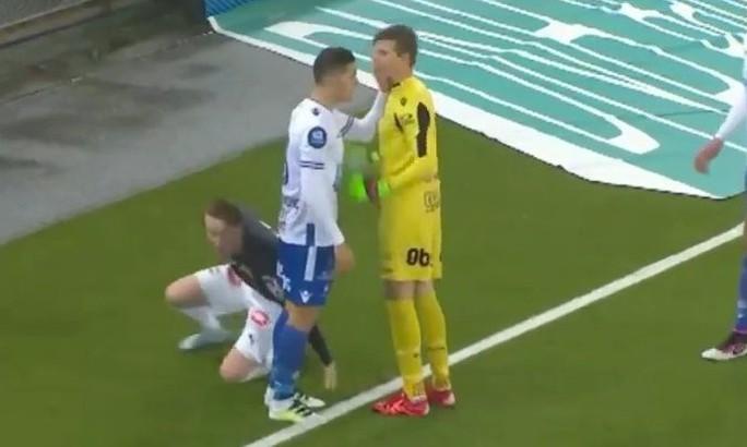 Bị thẻ đỏ vì tát vào mặt thủ môn đội nhà