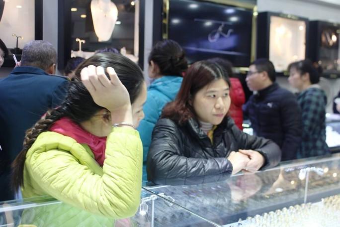 Nhiều người mệt mỏi bởi xếp hàng từ sáng mà chưa thể mua được vàng