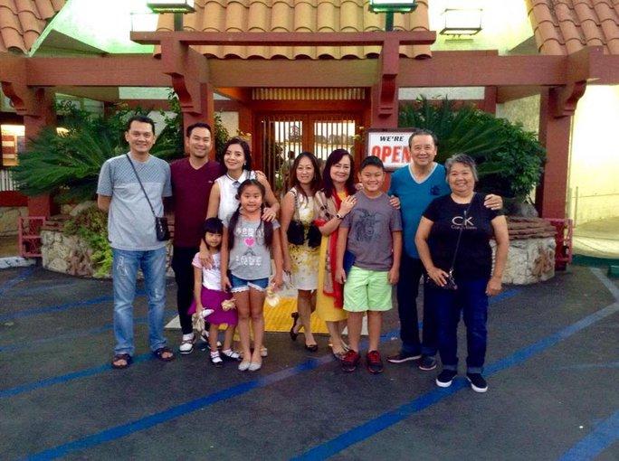 NSƯT Hữu Châu cùng gia đình hội ngộ trong những ngày ngoài suất diễn vở Dạ cổ hoài lang tại Mỹ
