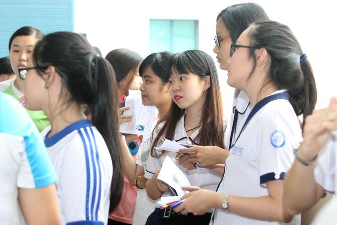 Nhiều thí sinh tỏ ra mệt mỏi lo lắng trước khi vào phòng thi môn thứ 4. Ảnh: Hoàng Triều