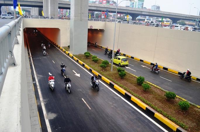 Tổng chiều dài hầm và đường dẫn vào hầm là 980 m. Được thiết kế tương đương với nút giao thông hầm chui Trung Hòa hiện là 60 km/h