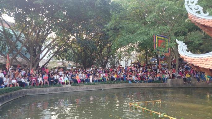 Rất đông người tập trung xem múa rối nước