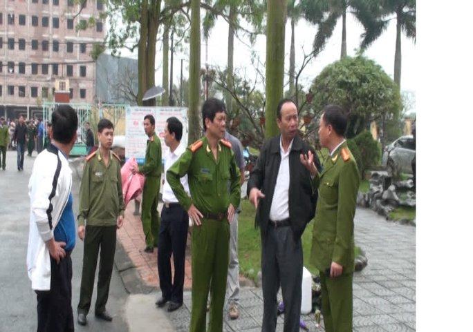 Lãnh đạo Công an tỉnh Thái Bình có mặt tại hiện trường chỉ đạo tìm biện pháp giải cứu nạn nhân.