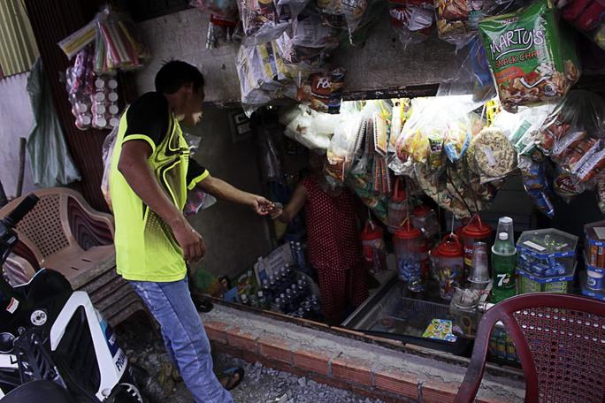 Một quán tạp hóa đã nhỏ nay bị biến thành một cái hộp thật sự, việc buôn bán của người dân gặp nhiều khó khăn.