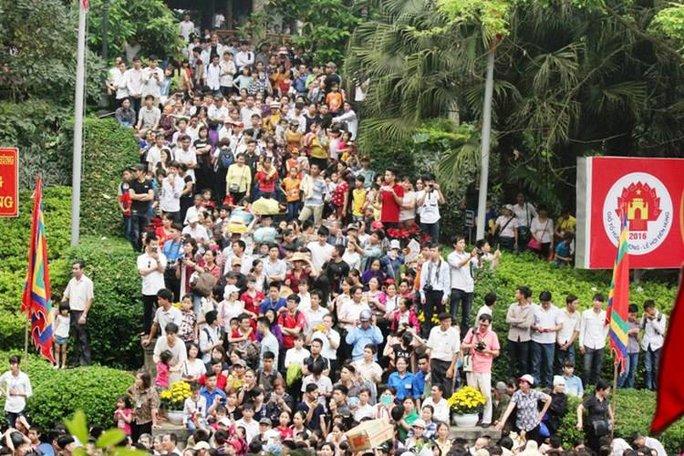 Thời tiết không mưa mát mẻ tạo điều kiện thuận lợi để người dân về hành hương trên đất Tổ