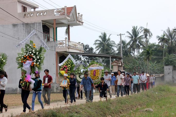 Dòng người đưa tiễn em Trịnh Hữu Nhân về nơi an nghỉ cuối cùng Ảnh: T.Trực