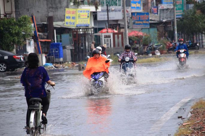 Nước ngập khoảng 30 cm trên đường Kha Vạn Cân, đoạn gần ngã tư Bình Triệu, quận Thủ Đức