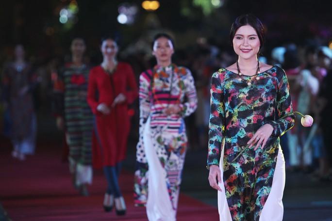 Tham gia trình diễn có 126 người mẫu cùng 20 ca sĩ chuyên nghiệp tại TP HCM