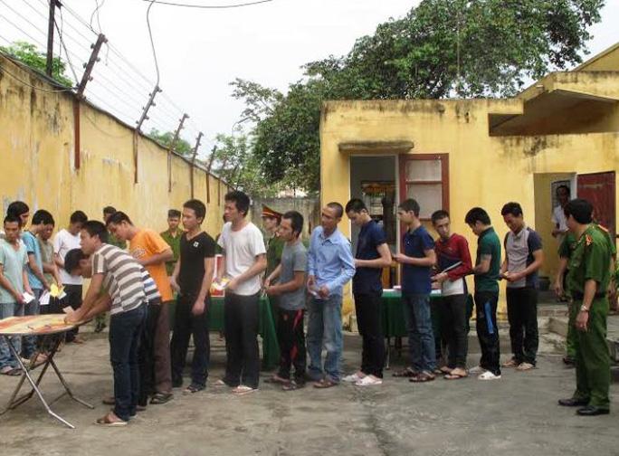 Những người bị tam giam, tạm giữ tại Trại tạm giam Công an tỉnh Thanh Hóa đi bỏ phiếu bầu đại biểu QH và ĐBHĐND các cấp sáng nay 22-5