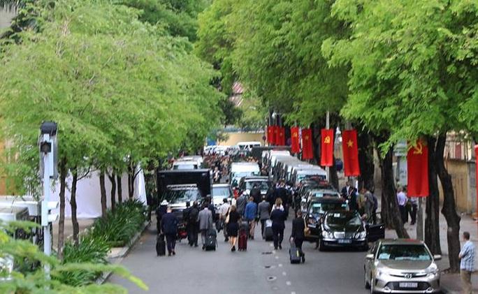 Đoàn nhà báo quốc tế tháp tùng ông Obama đang ra xe rời khách sạn InterContinental