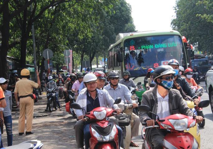 Đoạn trước Bến xe Miền Đông, lực lượng CSGT tăng cường điều tiết nhưng đến 9 giờ 30 phút cùng ngày, ùn tắc vẫn chưa giảm