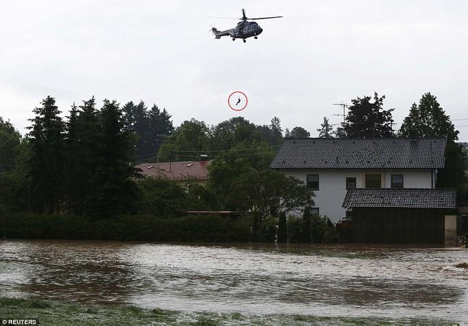 Trực thăng cứu hộ ở ngôi làng Triftern, Đức. Ảnh: REUTERS