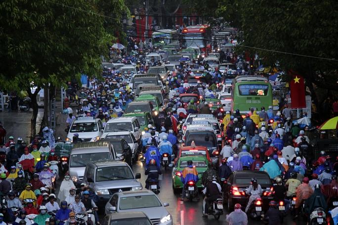 Tương tự, đường Thành Thái cũng trong tình trạng kẹt xe hết sức nghiêm trọng, phương tiện giao thông chen chúc kéo dài.