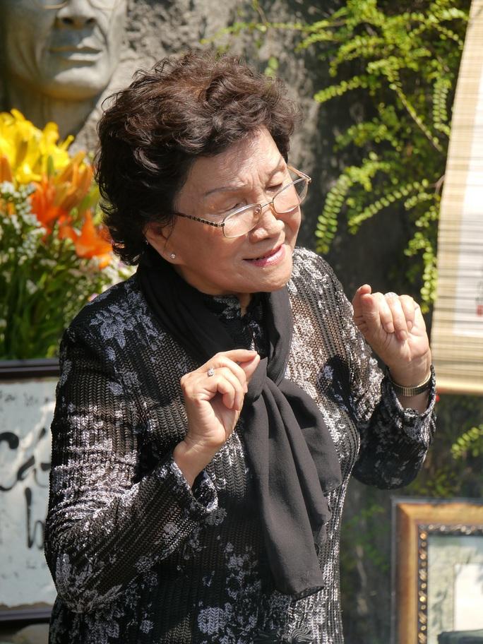 Cô Trần Thị Hồng Châu, một người hâm mộ nhạc sĩ Trịnh Công Sơn, say sưa hát lại những bài hát bất hủ.