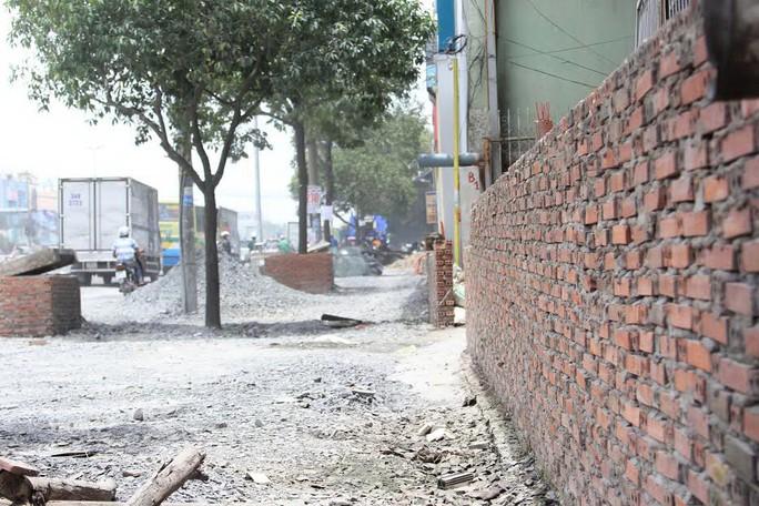 Đường Kinh Dương Vương nâng lên quá cao ảnh hưởng đến cuộc sống của hơn 500 hộ dân Ảnh: SỸ ĐÔNG