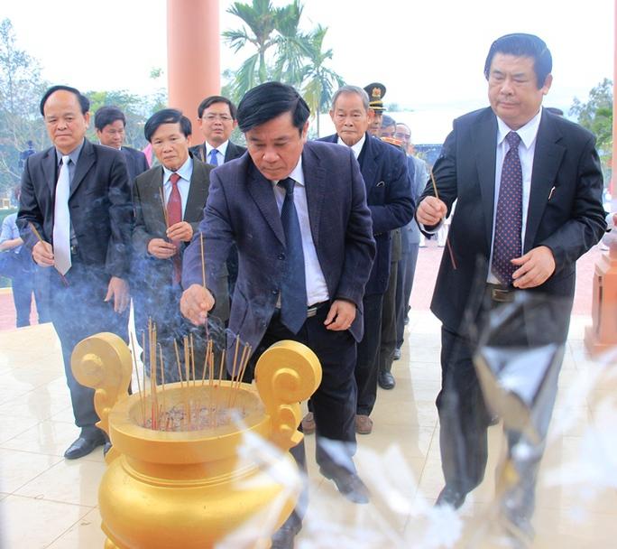 Lãnh đạo, nguyên lãnh đạo tỉnh Bình Định thắp hương tưởng niệm người dân vô tội trong vụ thảm sát