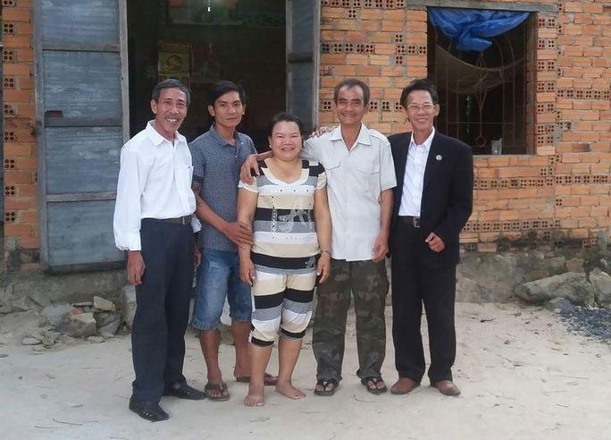 Sau 3 lần thương lượng bồi thường bất thành, ông Huỳnh Văn Nén (thứ hai từ phải sang) sẽ kiện ra tòa Ảnh: LÊ TRƯỜNG