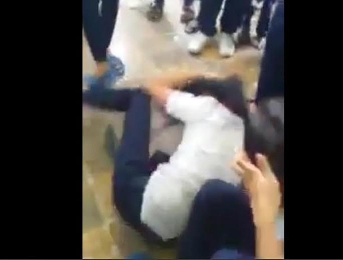 Hình ảnh nữ sinh đánh bạn cắt từ clip