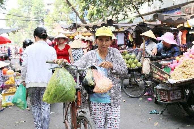 Nhiều người dân vẫn có thói quen sử dụng túi nilông khi đi chợ - Ảnh: Như Hùng