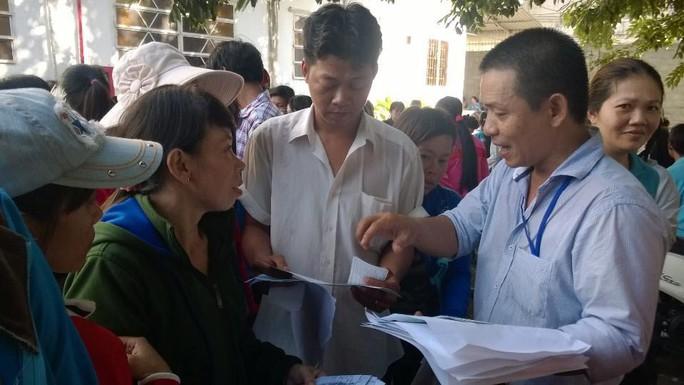 Cán bộ chuyên trách LĐLĐ huyện Hóc Môn, TP HCM hướng dẫn công nhân Công ty TNHH Keo Hwa ViNa làm thủ tục khởi kiện