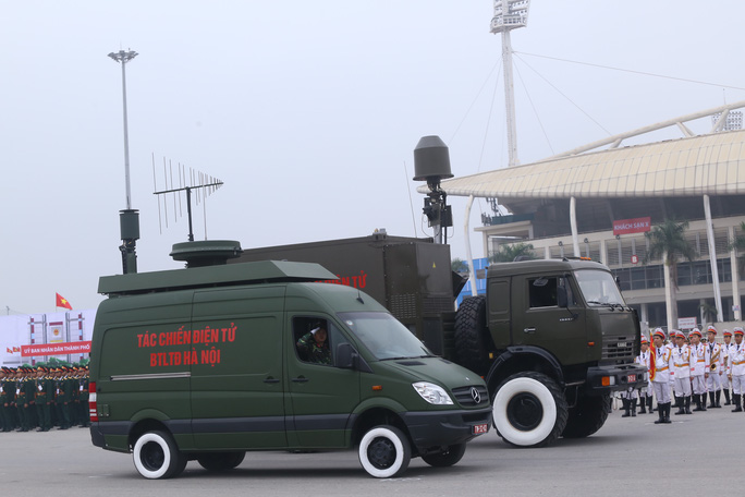 Ngoài ra, xe thiết giáp bánh hơi của Tiểu đoàn Thiết giáp 47, Bộ Tư lệnh Thủ đô Hà Nội. Xe được bọc thép chống đạn, có sức cơ động cao trong mọi địa hình, thời tiết, có hỏa lực mạnh. Khoang điều khiển và khoang chở người có thể chống mìn